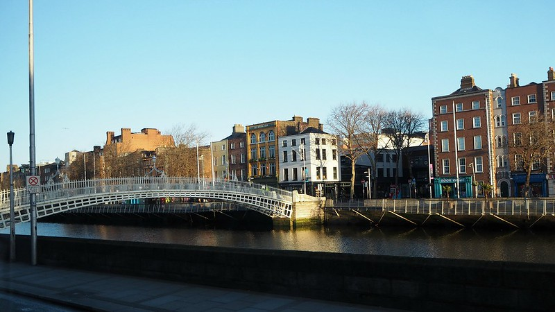 riverliffeyP4160878, aamu, morning, sunlight, sunrise, river liffey, liffey joki, ha'penny bridge, silta, talot, buildings, irleand, irlanti, dublin,