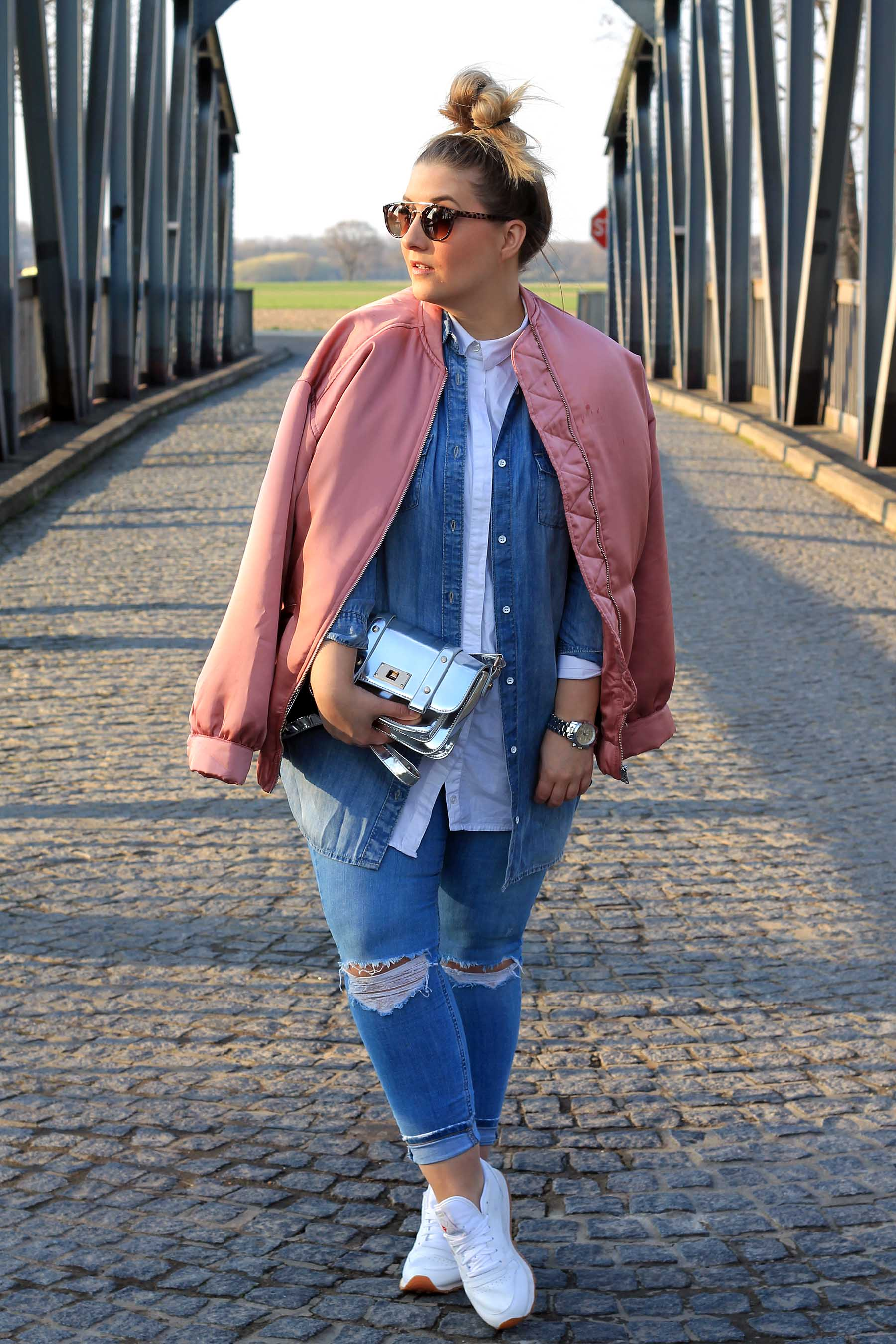 outfit-modeblog-fashionblog-jeans-silberne-tasche-bomberjacke
