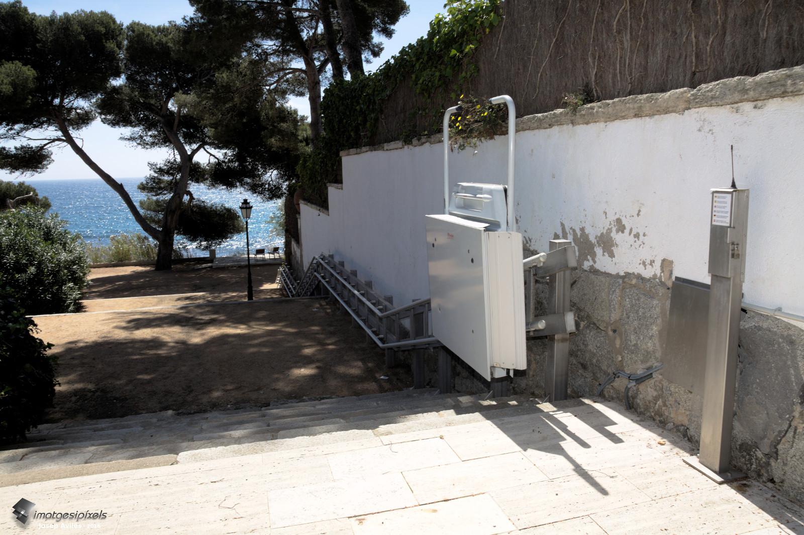 Plataforma mòbil que mena al camí de ronda de S'Agaró