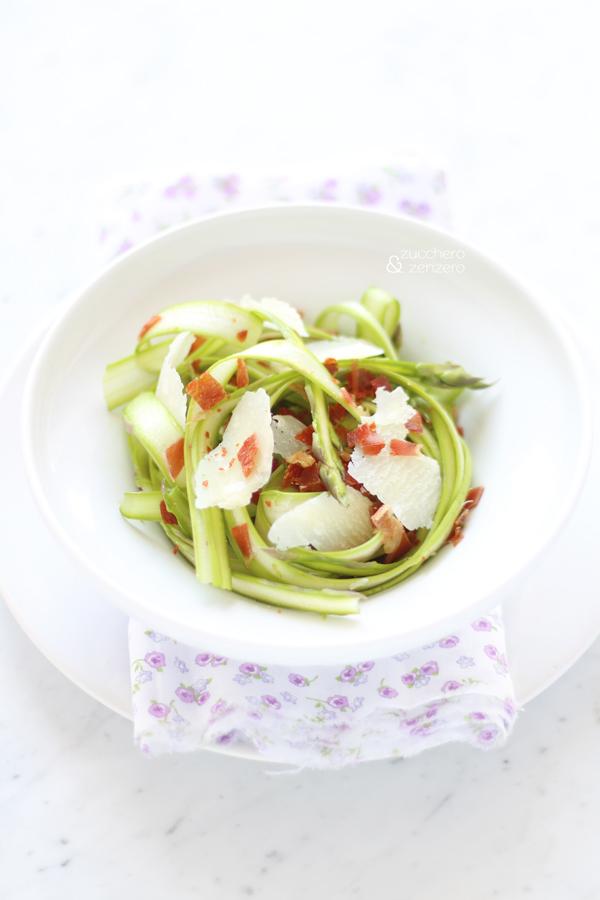 Insalata di asparagi crudi con prosciutto croccante