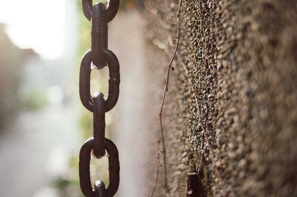 華山文創園區 / KODAK 50D 5203 / Nikon FM2 鎖鏈其實是圓滿的,只是鎖鏈的兩頭綑綁著互向逃避的事物,如果不是互相逃避,那又何必需要囚困。  Nikon FM2 Nikon AI AF Nikkor 35mm F/2D KODAK 50D 5203 V3 3165-0014 2015/11/07 Photo by Toomore
