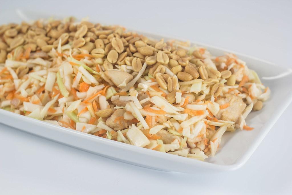 Kålsalat med kylling og peanuts