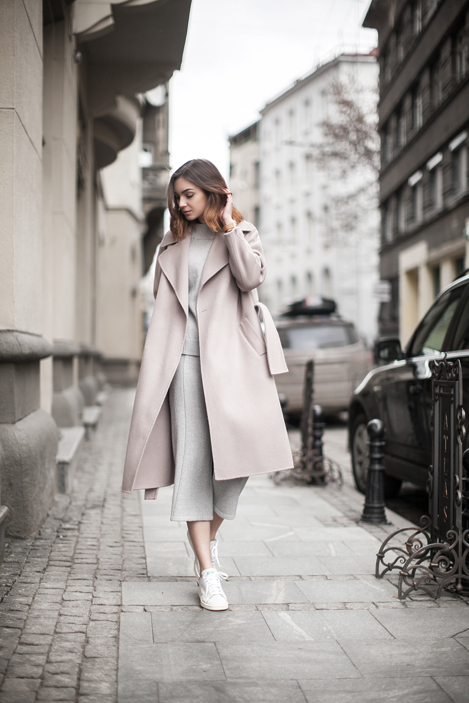 outfit-pink-robe-coat-midi-adidas-stan-smith-sneakers