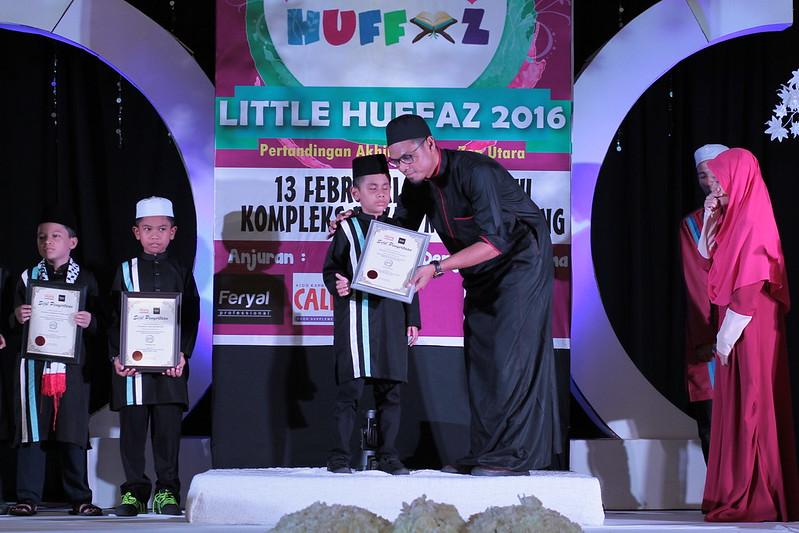 Pengarah Urusan Raffelinna menyampaikan hadiah kepada peserta buta Muhammad Afiq Haikal Nur Azizi 9 tahun