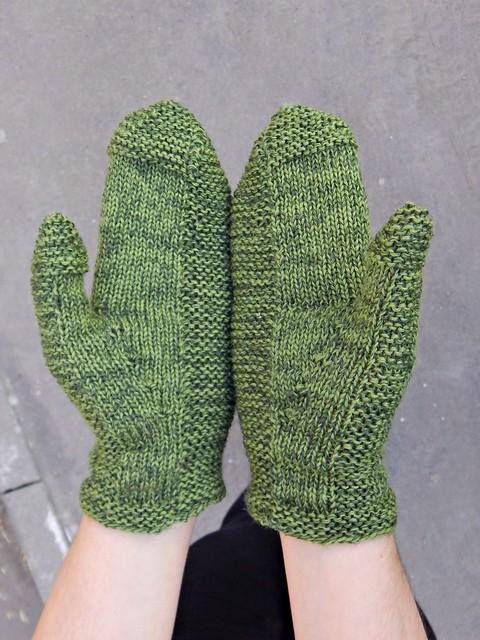 зелёные варежки, связанные спицами | Хорошо.Громко.