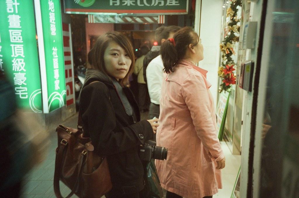 台北 2015 to 2016 Night Taipei, Taiwan / Fujifilm 500T 8573 / Lomo LC-A+ 2015 的跨年是我妹上來陪我,說陪我是有點委屈我妹,房間亂的要命,雖然我特地花了一個禮拜整理房間和洗棉被,但還是盡力了!  那時候我和我妹說我今年過年可能沒有要回去,我想要去日本待滿過年,等元宵再回去。  我妹馬上警告我,再不回去媽媽就要氣瘋了!現在爸爸都偷偷問妹妹說知不知道哥哥現在在幹嘛,要記得打電話回去。  我知道我去年一整年都非常不聽話。我是會打電話回去,但通常都是我準備上飛機去日本的時候。  Lomo LC-A+ Fujifilm 500T 8573 7774-0032 2015-12-31 Photo by Toomore