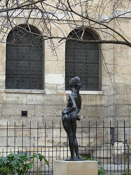 statue derrière l'académie