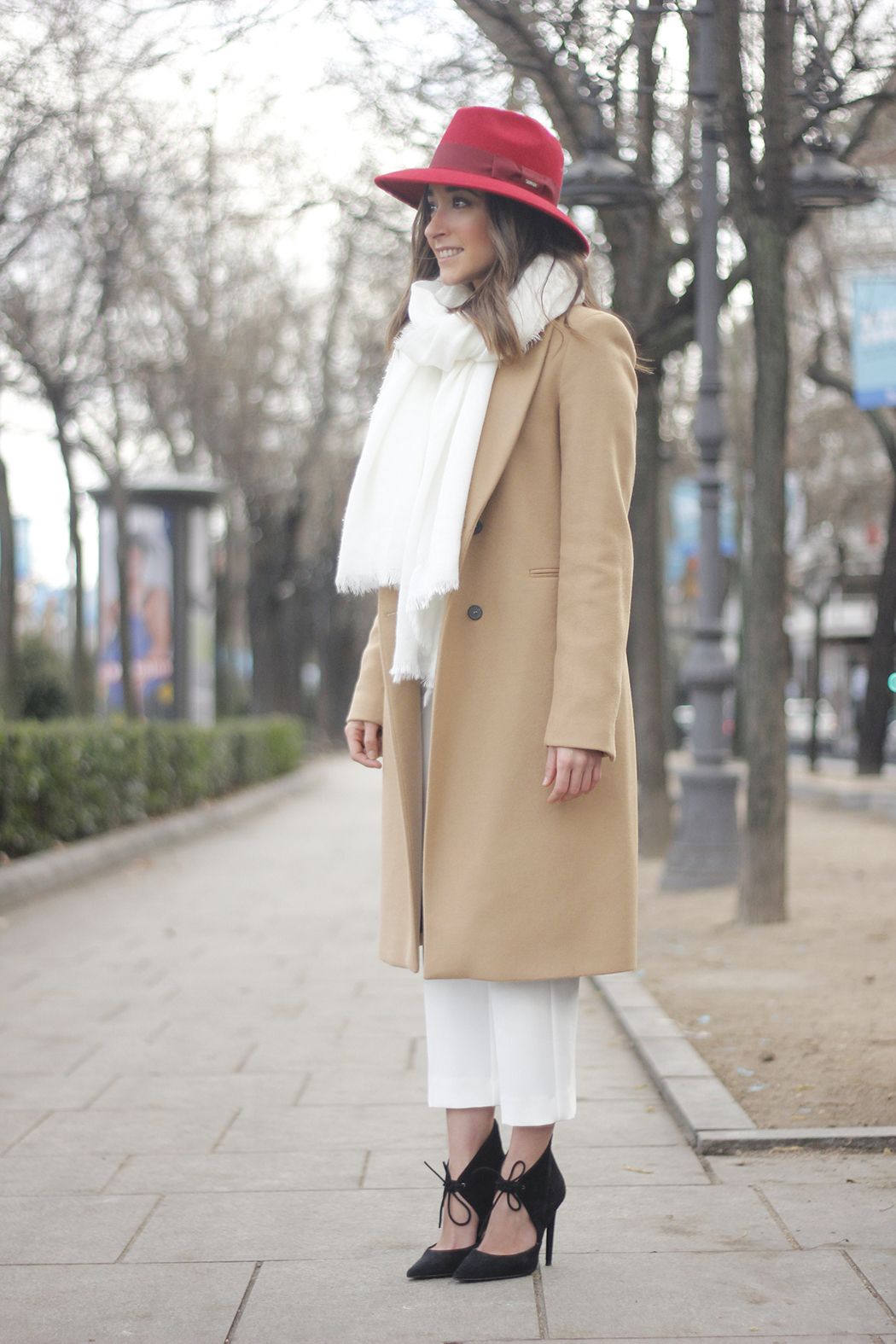 Camel Coat Red Hat Black Heels White pants streetstyle outfit20