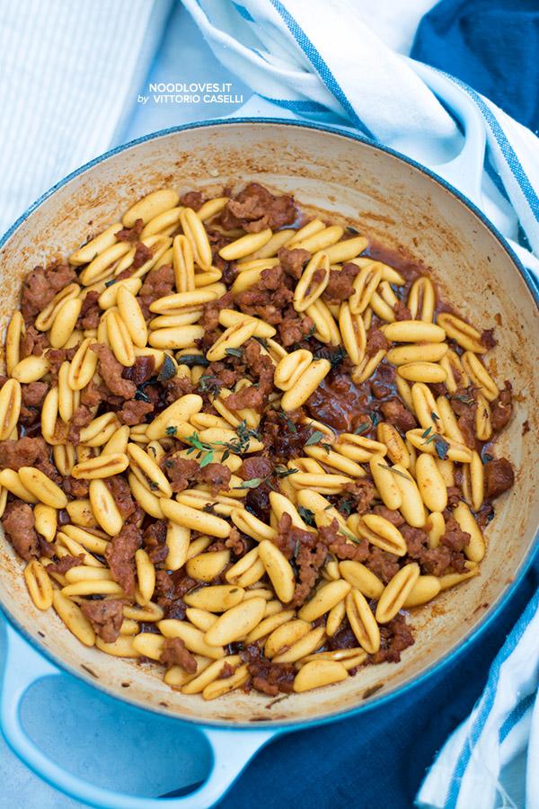 Pasta con ragù di salsiccia e albicocche al marsala