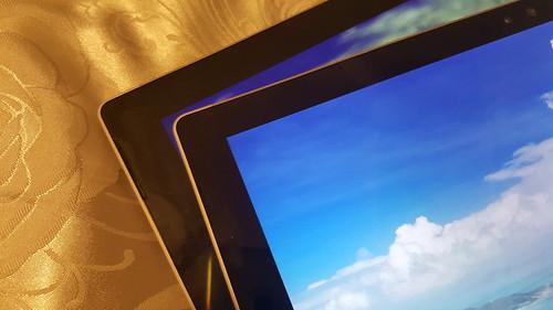 เทียบดูแล้วจะเห็นได้ว่า Surface Pro 4 (อันบน) ขอบจอบางกว่า Surface Pro 3 (อันล่าง) นิดหน่อย