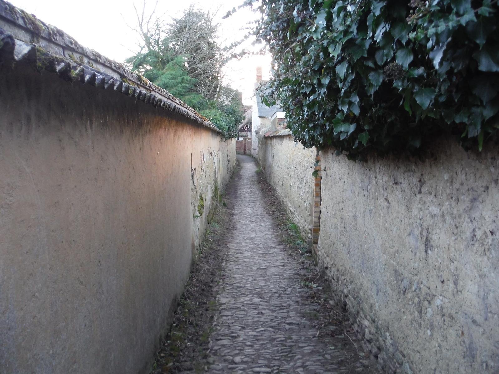 Between Wychert Walls, Haddenham SWC Walk 191 Haddenham Circular (via Brill)