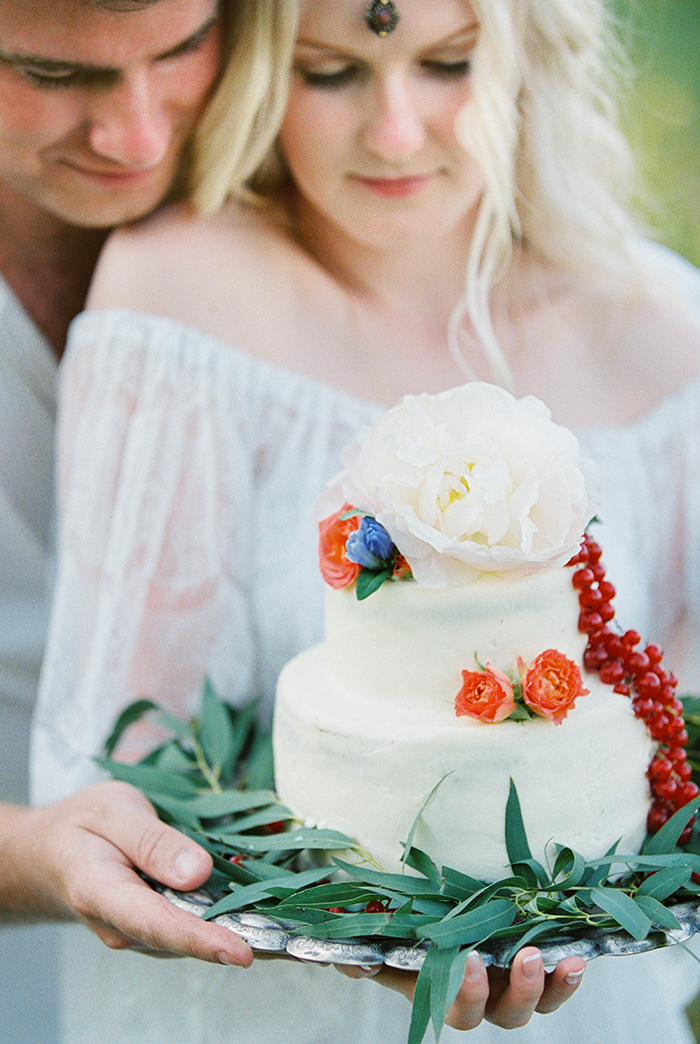 wedding cake idea for Bohemian wedding inspiration shoot in the countryside with a dose of vibrancy | photo by Igor Kovchegin | Fab Mood - UK wedding blog #bohemian