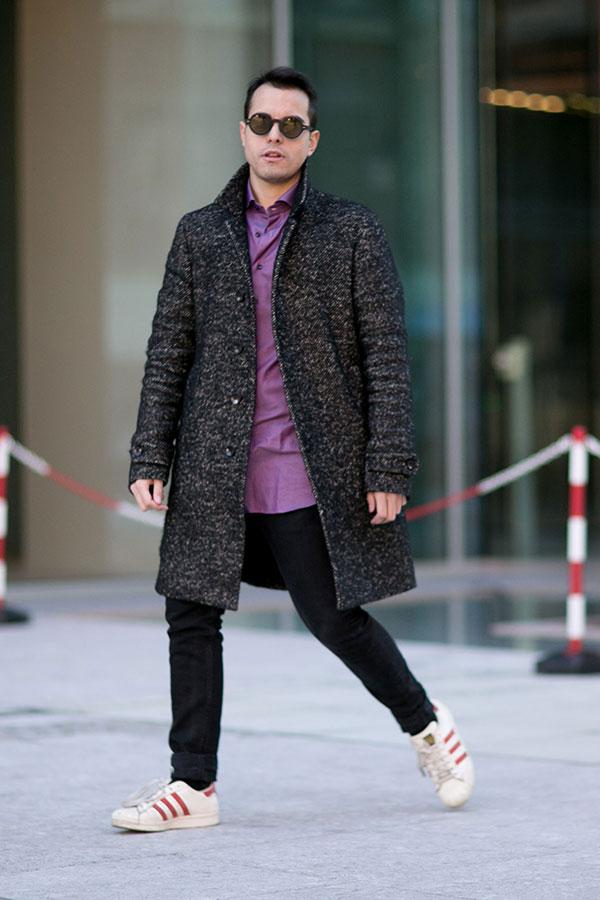 ツイードステンカラーコート×紫シャツ×黒パンツ×adidasスーパースター