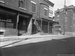 Crime indéterminé dans le Red Light, à l'intersection des rues Sainte-Élizabeth et La Gauchetière. - 2 octobre 1949. VM095-Y-1-5-D26. Photo par Henri Thibodeau. Photo par Henri Thibodeau. Archives de la Ville de Montréal.