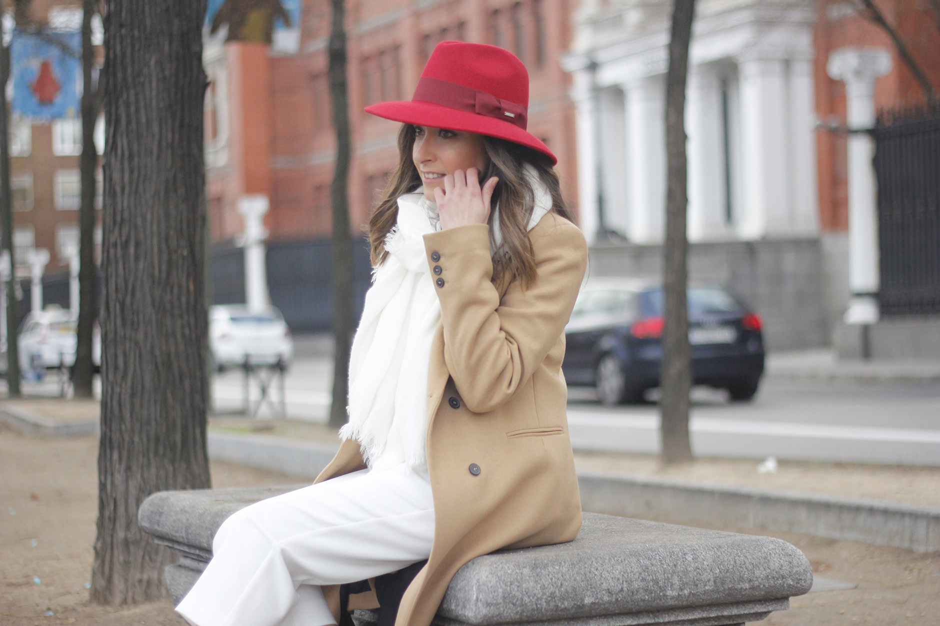 Camel Coat Red Hat Black Heels White pants streetstyle outfit16