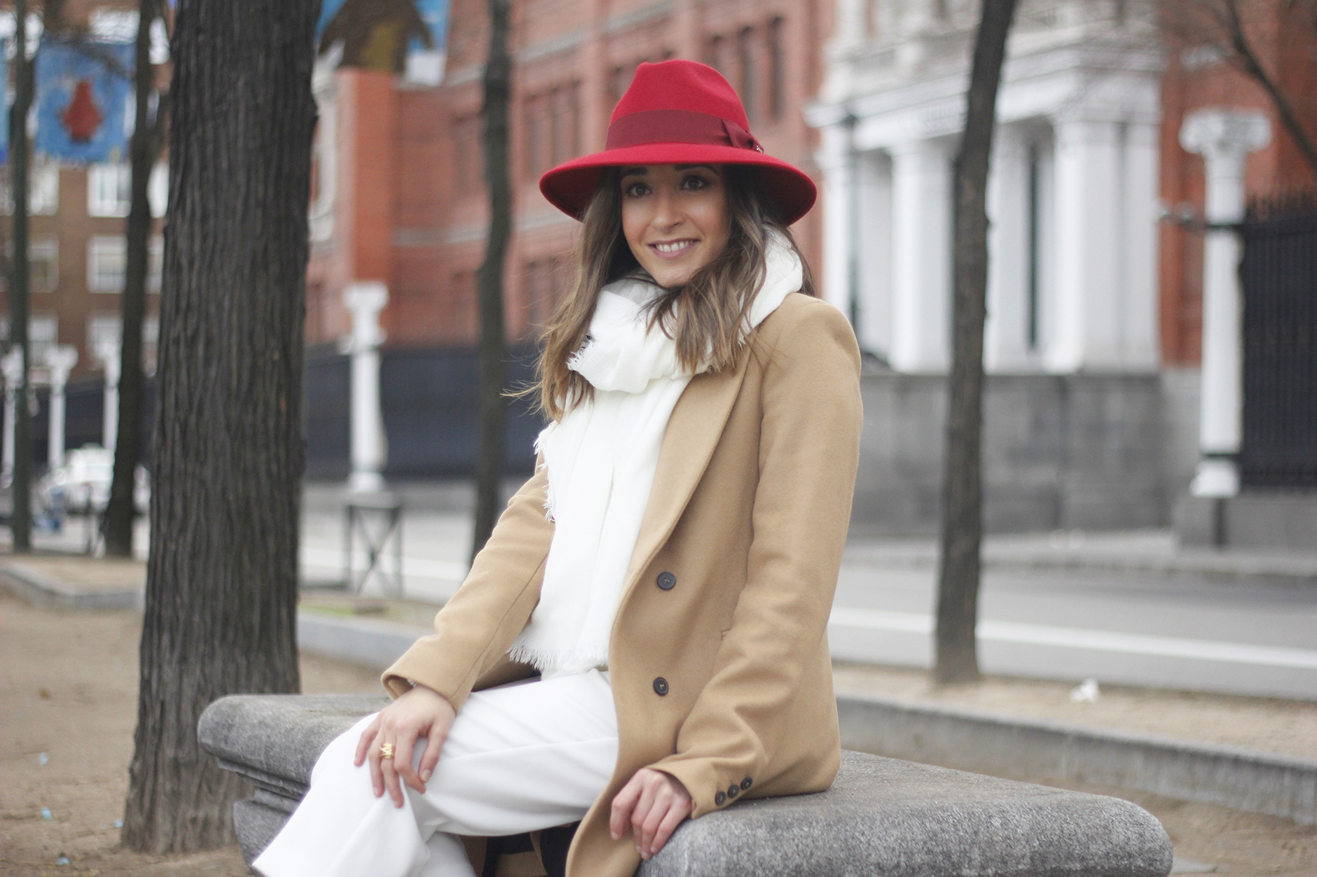 Camel Coat Red Hat Black Heels White pants streetstyle outfit14