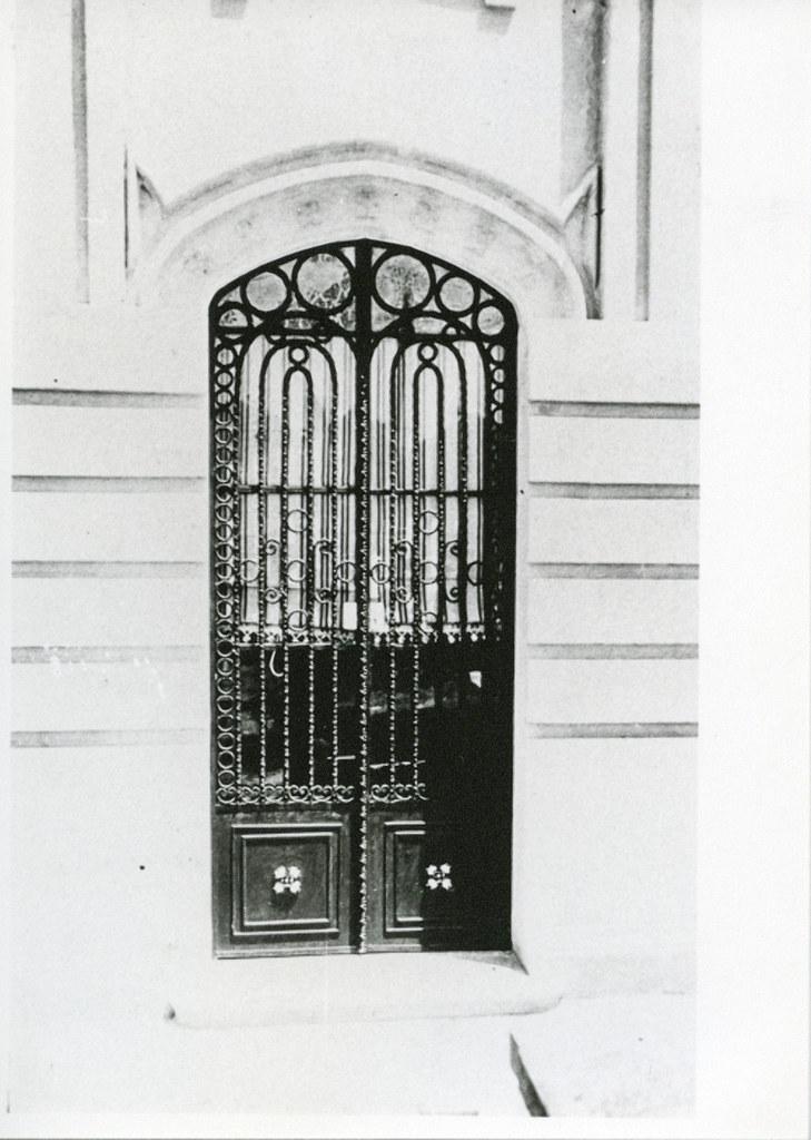 José Tejados (Labor de forja). Puerta de un panteón del cementerio. Vico, Santiago