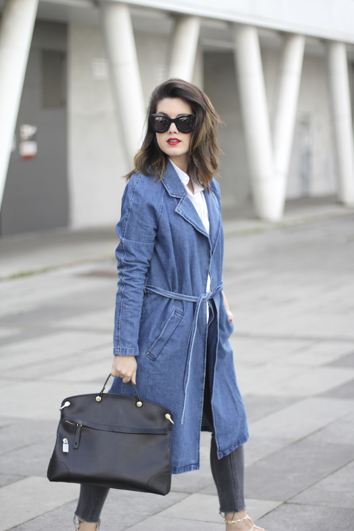 look with denim trench and piper furla streetstyle 5