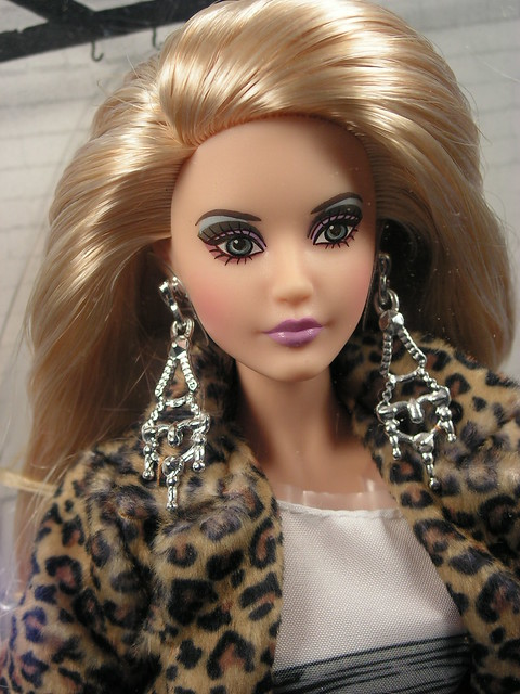 2015 Barbie  Andy Warhol Campbell's Soup Barbie DKN04 (3)