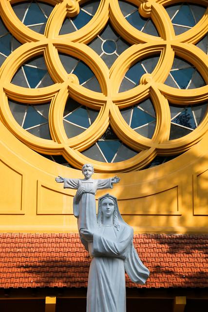 Rose window of Cua Bac Church in Hanoi, Vietnam ハノイ、北門教会のバラ窓と聖母子像