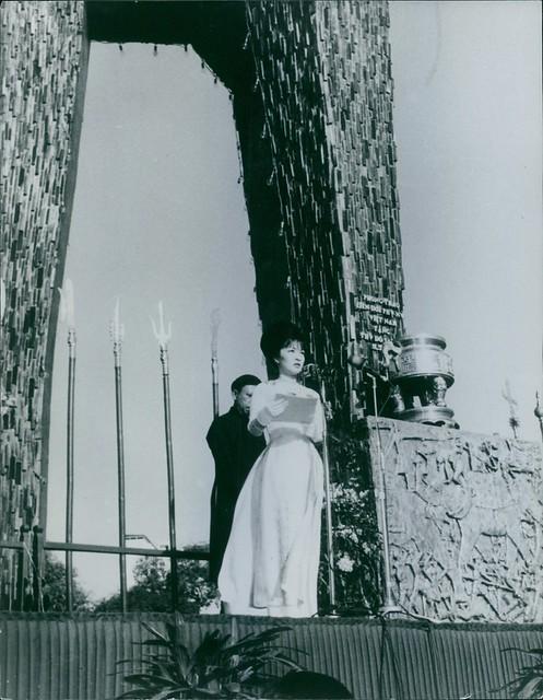 1963 - Bà Ngô Đình Nhu đọc diễn văn tại Tượng đài Hai Bà Trưng trong ngày Phụ Nữ Việt Nam (ngày 1-3-1963, tức Mùng 6 Tháng 2 Âm lịch năm Quý Mão, ngày giỗ Hai Bà Trưng) - một năm sau ngày khánh thành tượng đài này.