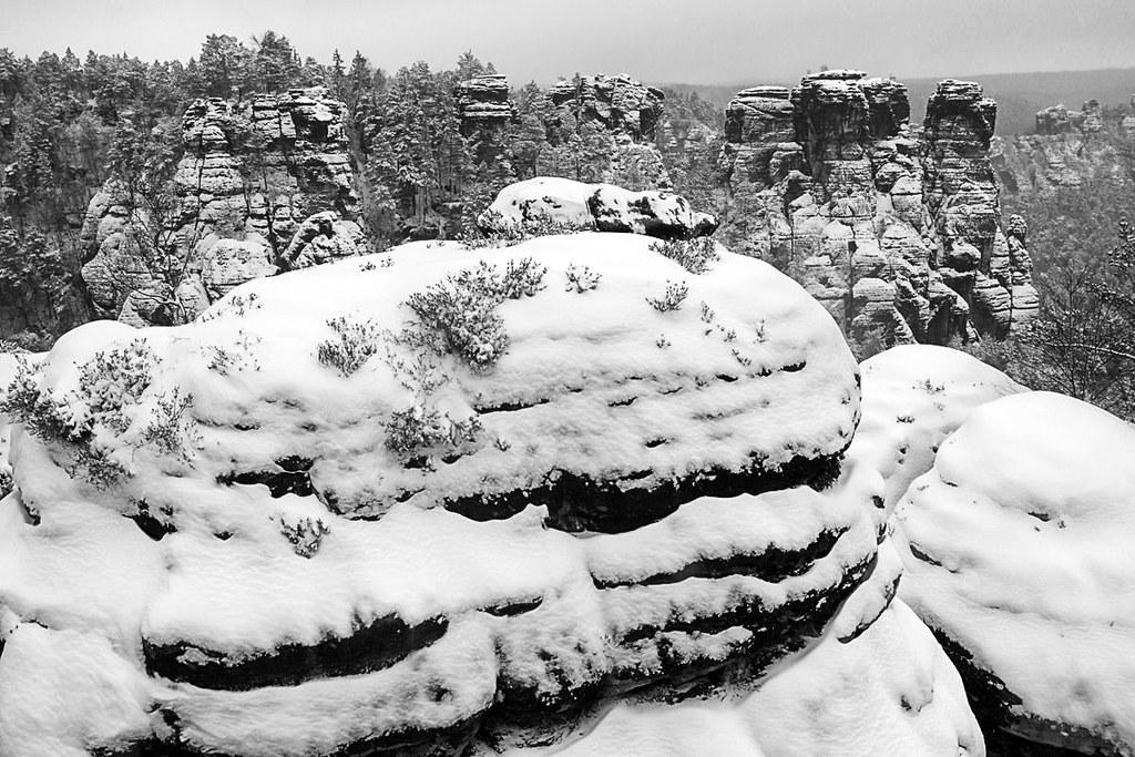 Tief verschneite Felsenwelt