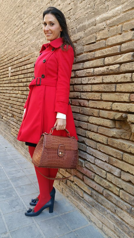 Abrigo rojo, lady, preppy, vestido azul marino, cuello, puños, blancos, lazo rojo, medias rojas, zapatos, mocasín, red coat, ladylike, navy blue dress, white collar, cuffs, red tie, red tights, Blue moccasin shoes, Sammydress, Calzedonia, Latouche, El Corte Inglés, El Ganso, Parfois