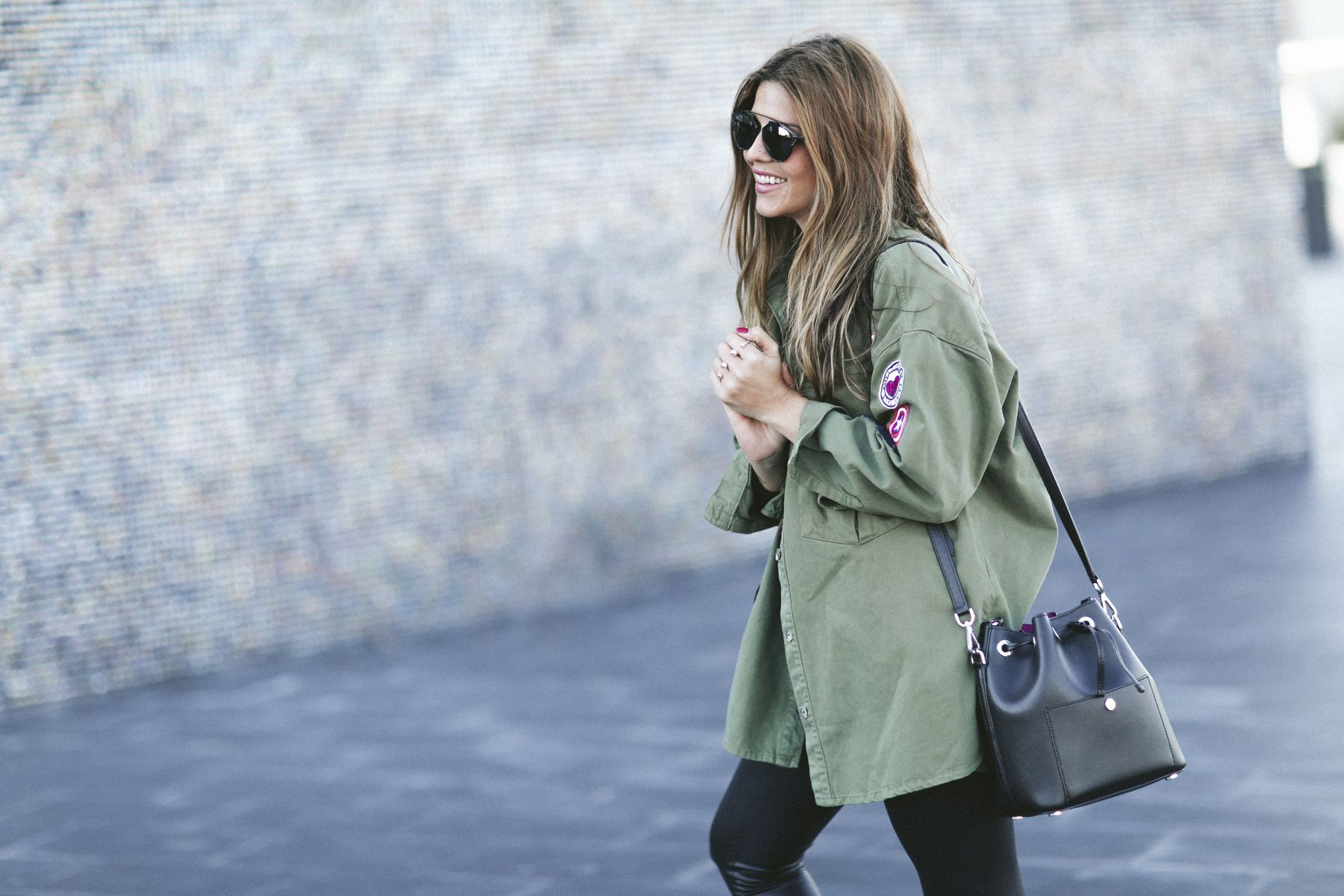 botas boots outfit look primavera spring camisa mango cuero leather leggings boyfriend oversize  Rayban gafas de sol sunglasses street style trendy taste bolso bag michael kors pull and bear parka zara jersey sweater_5
