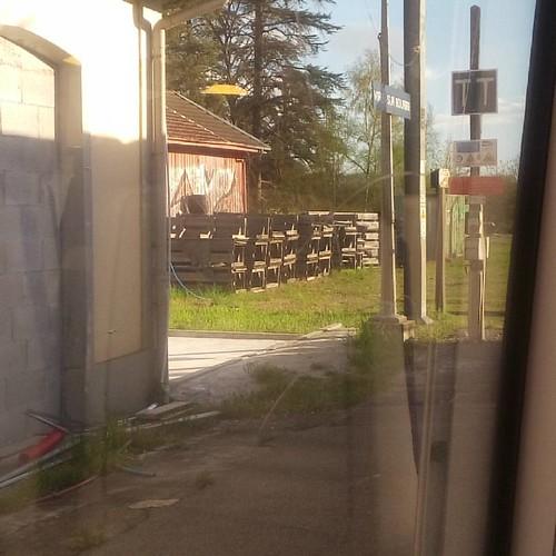 Étape 3 Heure prévue 18h35 (7 minutes de retard) : Virieu Sur Bourbre  Il y a Bigallet dans cette ville : d'excellents sirop (recommandé 😉)   #sncf #train #trajetsncf #retourmaison #virieusurbourbre #garevirieusurbourbre #ter #isere #Isère