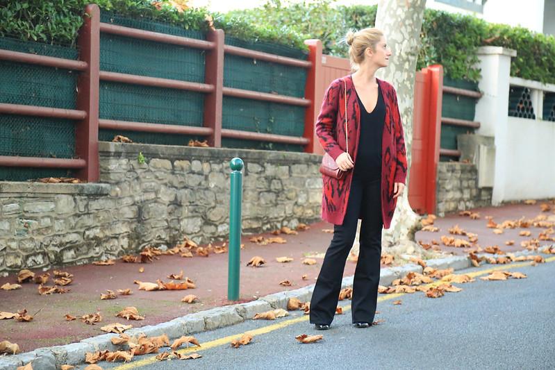 gilet bordeaux long avec flare jeans
