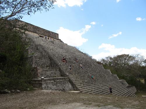 Uxmal: la Grande Pyramide. Certaines Américaines ont une manière bien particulière de descendre les pyramides...