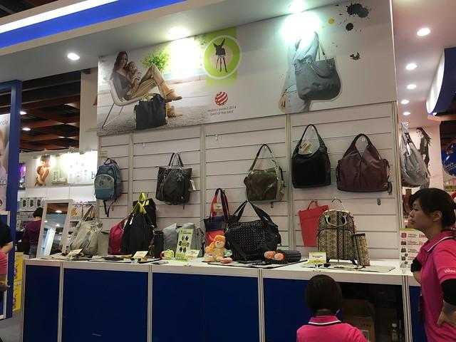 看到別人家的媽媽包忽然想到我這次來不就是要買媽媽包的嗎!!!@2016台北國際嬰兒與孕媽咪用品展