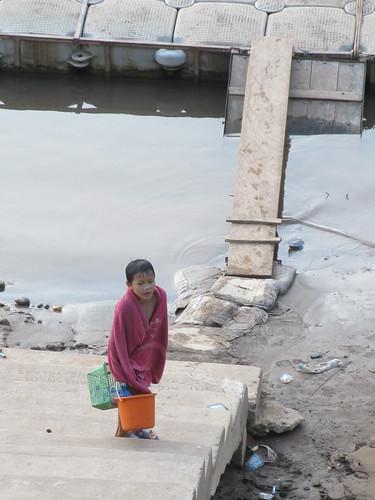 Après avoir joué avec ses copains, s'être lavé et avoir fait sa lessive dans la Nam Ou, il est temps de rentrer à la maison. Elle est pas belle la vie des enfants laotiens de Muang Ngoi?