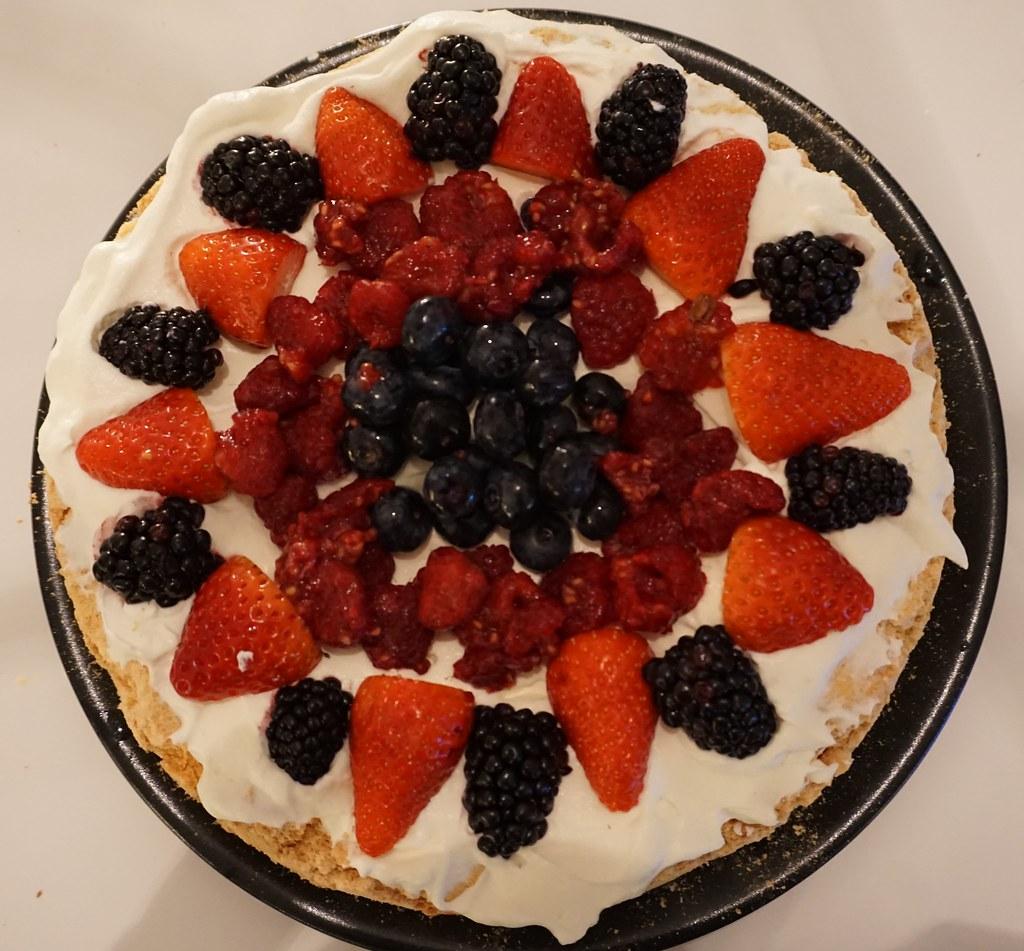 Pavlova tårta med färska bär
