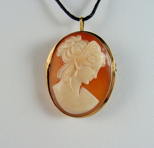 Shell cameo pendant, Stamped 18K solid gold frame pin, Finely detailed woman portrait à l'antique, Shell cameo pendant, Fine gold jewellery
