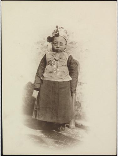 Menino da aristocracia com óculos de Clarence Eugene Lemunyon. Pequim, 1910.