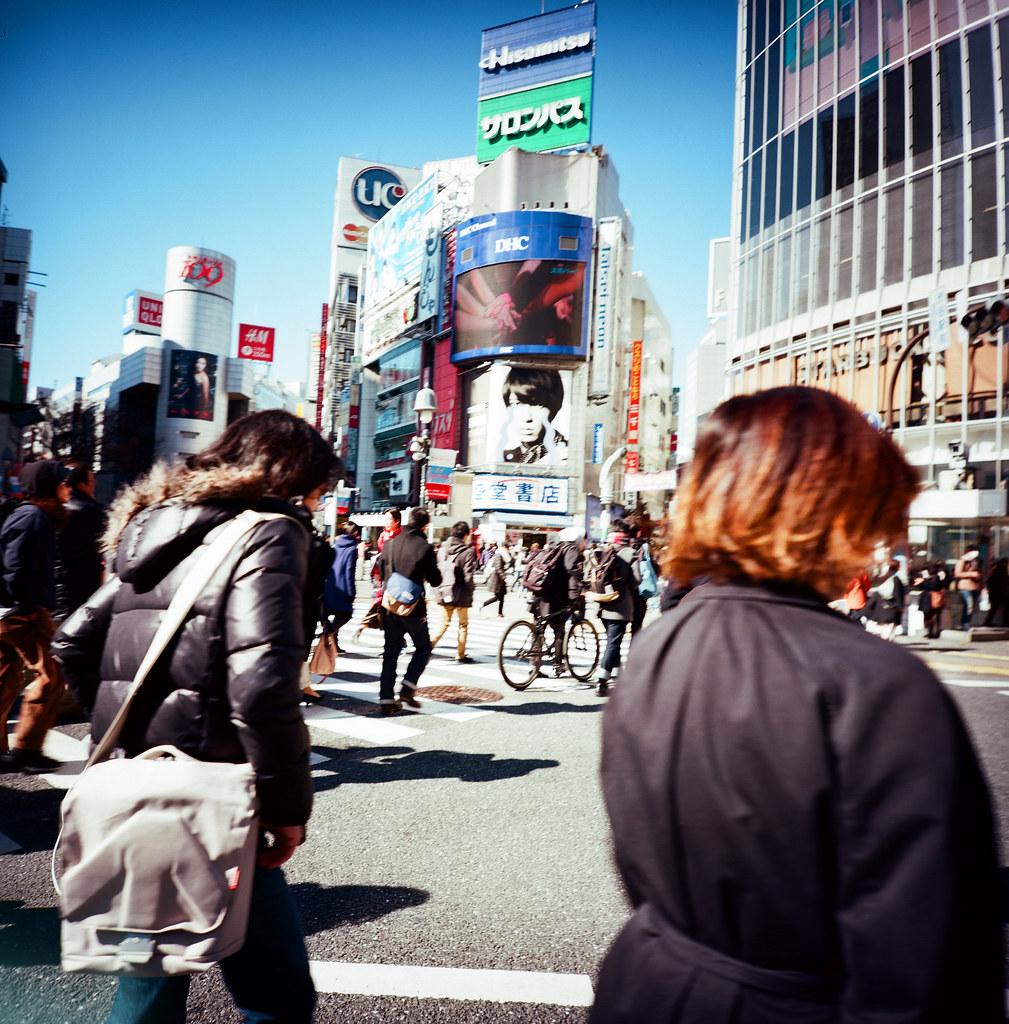 渋谷 Shibuya Tokyo, Japan / Kodak Pro Ektar 100 / Lomo LCA 120 2016/02/07 在除夕那天我離開千葉,進入東京一趟。  接著來到了渋谷,在這個大馬路上把所有的相機都拿出來盡情的按快門。  我好喜歡這裡!  Lomo LC-A 120 Kodak Pro Ektar 100 120 8282-0011 Photo by Toomore