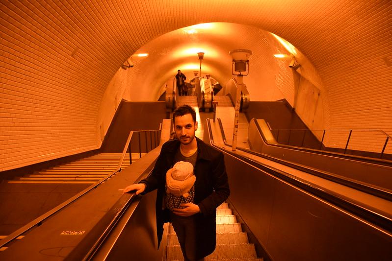 Dani y Eva en el metro. Primer viaje a Lisboa, ¡pero qué guapo!