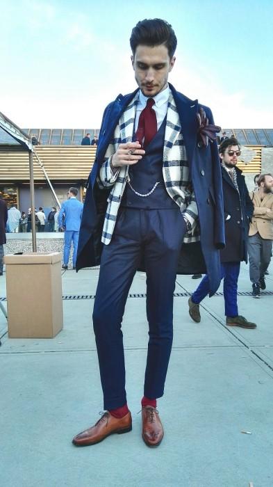 紺ダブルチェスターコート肩掛け×白黒チェックジャケット×紺スラックス×オックスフォードシューズ茶