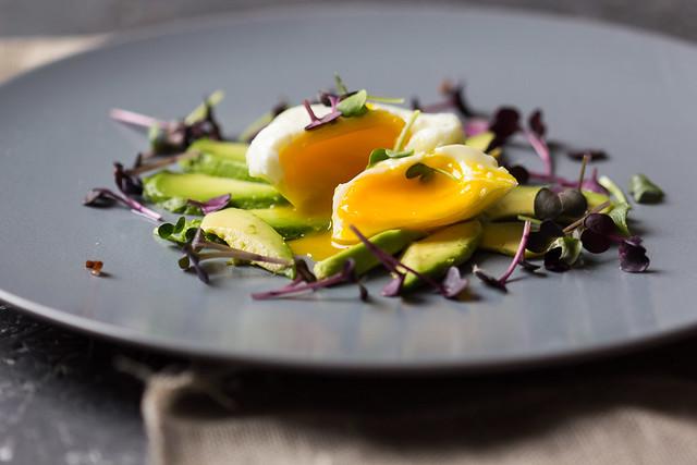 Pochierte Eier auf Avocado