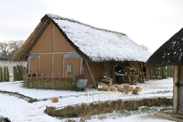 """Vor der """"Herberge"""" [Haus Nr. 7] in Haithabu, sorgt Reinhard (Erichsen) für Feuerholz. - Museumsfreifläche Wikinger Museum Haithabu WHH 20-01-2016"""