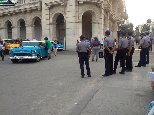 #Cuba Casi que hay más policías que turistas en la Habana Vieja con la visita de #ObamaCuba
