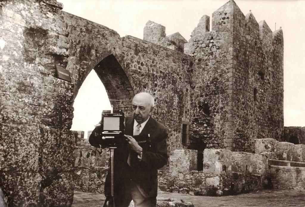 José Ortiz Echagüe fotgorafiando un castillo español