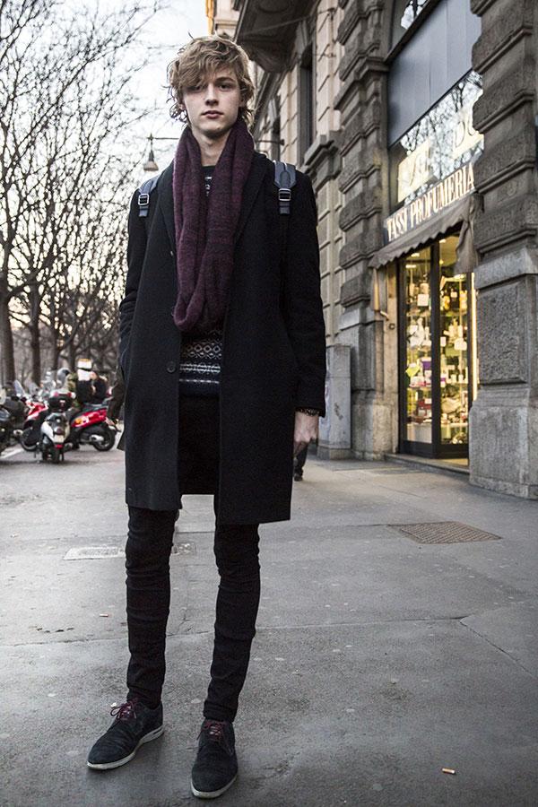 黒チェスターコート×紫スヌード×黒スキニーパンツ×黒スエードシューズ