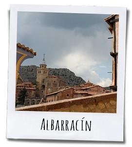 Het stadje Albarracín is bekend om de rose/rood gekleurde, deels houten huizen, de talrijke balkons en smeedijzeren versieringen