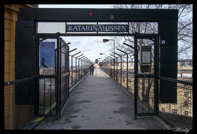 Entrada a la pasarela del ascensor Katarina