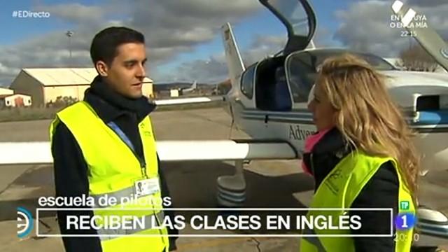 """Periodistas de TVE hablan con los alumnos de Adventia en el reportaje """"Quiero ser piloto"""" de España Directo (TVE)."""