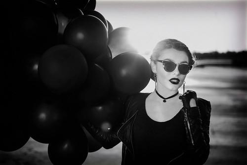 girls sunset portrait blackandwhite bw black girl beauty leather sunrise glasses baloons портрет beautifull закат девушки черный очки чернобелое девушка красота чб чернобелый кожа рассвет шары красивая шарики
