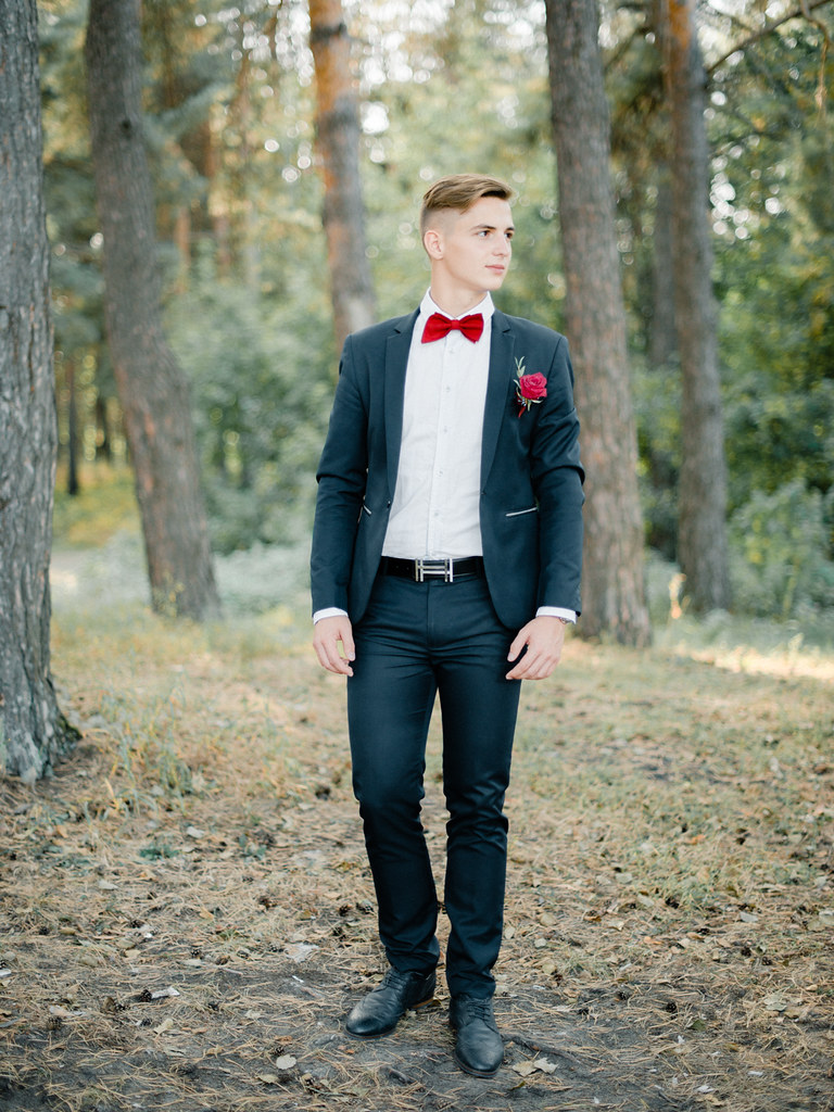 Groom style - Woodland wedding - red wedding bouquet for autumn wedding , Marsala Wedding Inspiration | fabmood.com #marsala #woodland