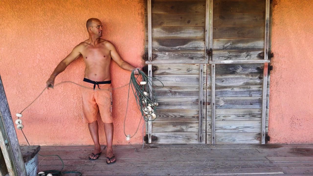 Un pescador de Punta del Diablo ordena las redes de pesca luego de haberlas utilizado durante la jornada de pesca. (Fotografía tomada con un smartphone Huawei P8, Elton Núñez)